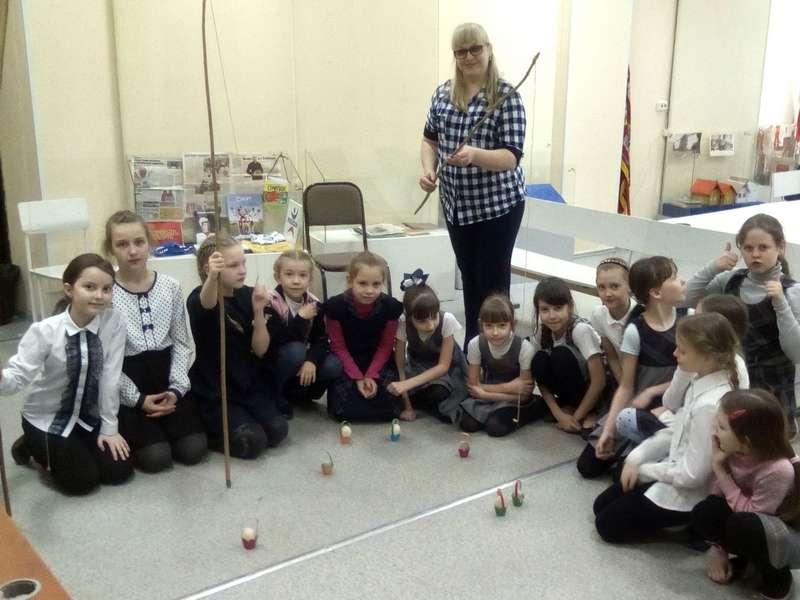 Людмила Александровна  Ласточкина научила ребят играть в народные игры, в которые играли их сверстники в далёком прошлом  на Пасху.